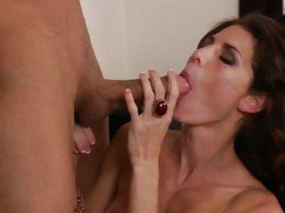 Luscious cougar Jenny Lee gulps down sexy wang juice