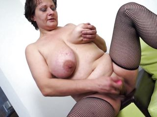 mature slut melanie is having fun with a dildo
