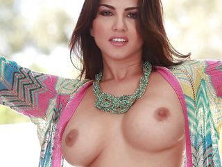 sunny leone playing with her fascinating body